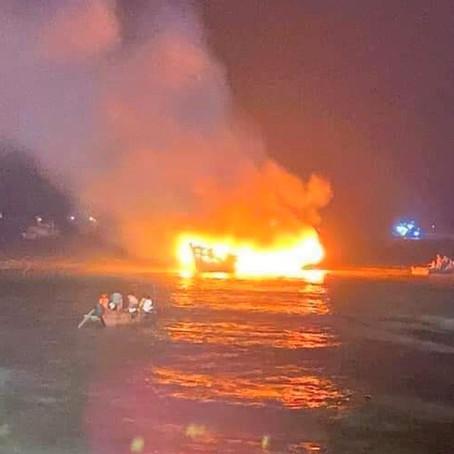 2 tàu cá bất ngờ bốc cháy, thiệt hại 3,2 tỉ đồng