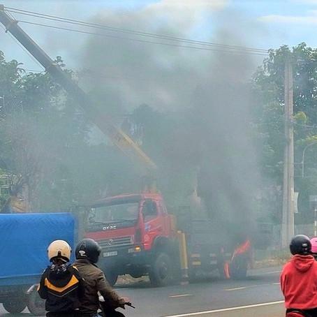 Xe cẩu vướng dây điện trung thế: 2 nhân viên bị phỏng nặng