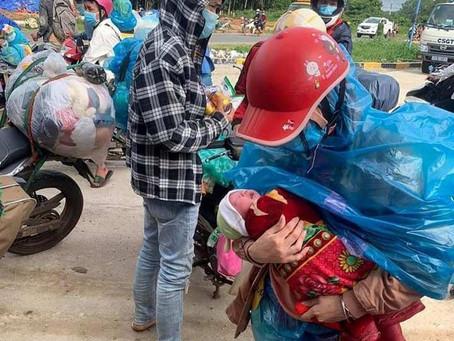 Bé 10 ngày tuổi cùng bố mẹ từ TP HCM đi xe máy về quê đã được đồng bào giúp đỡ ở Đà Nẵng