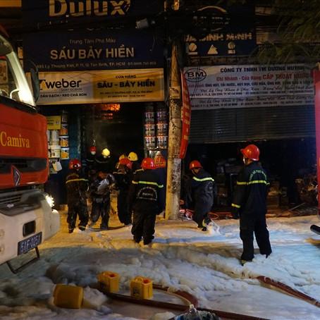 TPHCM: Cháy lớn một cửa hàng bán sơn