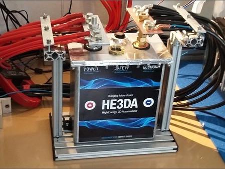 Elon Musk by mal byť v strehu. V ČR sa začína sériová výroba revolučnej batérie HE3DA