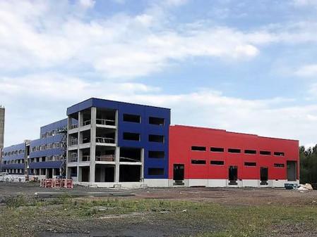 Stavba nejmodernější evropské továrny na výrobu baterií MES v Horní Suché má střechu a první technol