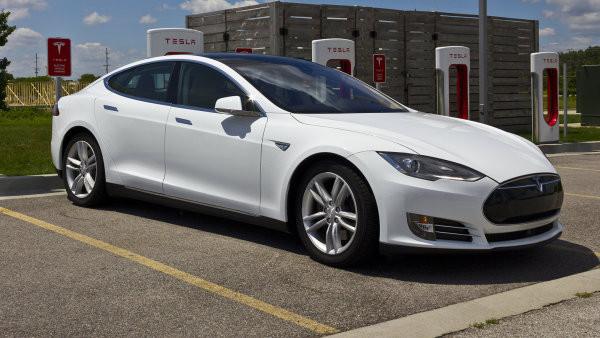 Na výrobu jednoho elektromobilu Tesla je potřeba 50 kilogramů lithia. autor: Shutterstock