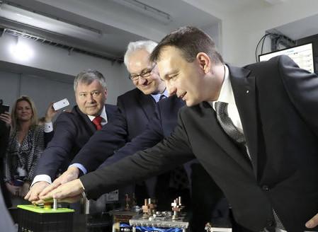 Čech vyvinul unikátní baterii. Z průlomu můžou těžit i nové elektromobily