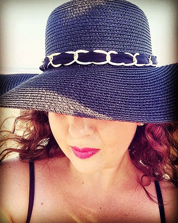 Diana Simán con sombrero