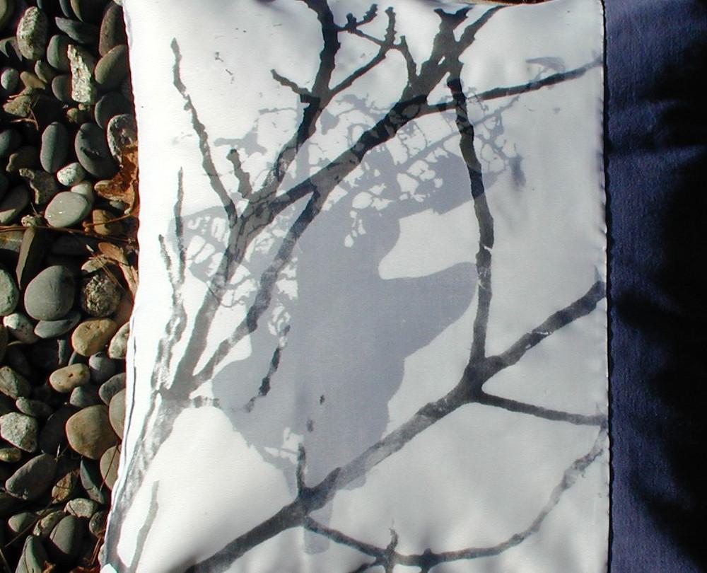Coussin bleu et branche coup Helena 2010.jpg
