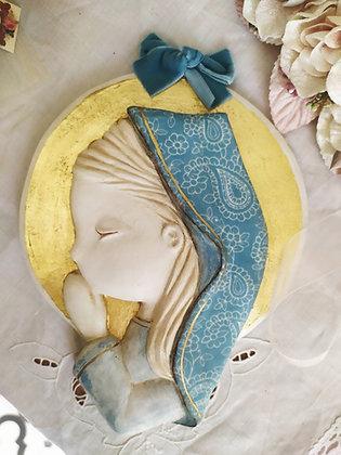 Virgencita en blanco con el manto entelado en celeste