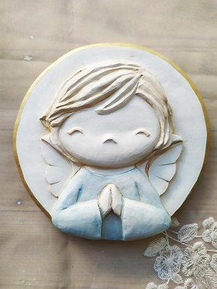 Angelito en blanco con la túnica en celeste