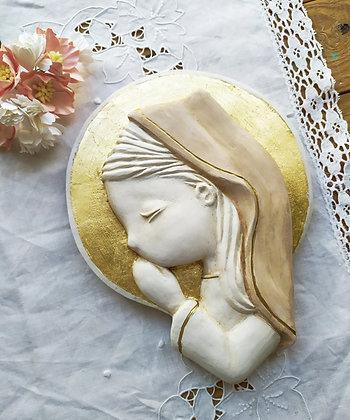 Virgencita en blanco con el manto pintado en beige