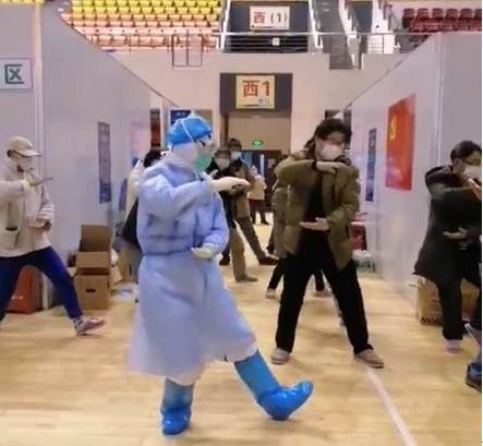 Un médico dirige a pacientes con síntomas leves en un hospital improvisado en Wuhan, provincia de Hubei. / People's Daily