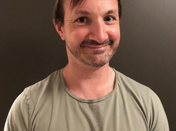 REGI  Sindre-Benedict Hendrichs  Sindre har skrevet manus og laget musikken til forestillingene «Kampen om Hallingdalen» og «Trussel fra dypet». Han er utdannet ved skuespillerutdanningen på NISS i Oslo. Han er aktiv som skuespiller og manusforfatter i teatergruppen Detekteamet. Tidligere har han jobbet ved bl.a Riksteatret og Brageteatret, samt medvirket i en rekke film og TV produksjoner som Heimebane, Gilberts Grusomme Hevn og Hæsjtægg. Sindre spilte i 2018 og 2019 rollen som Sleipner Slagg og vil i år ha regi.