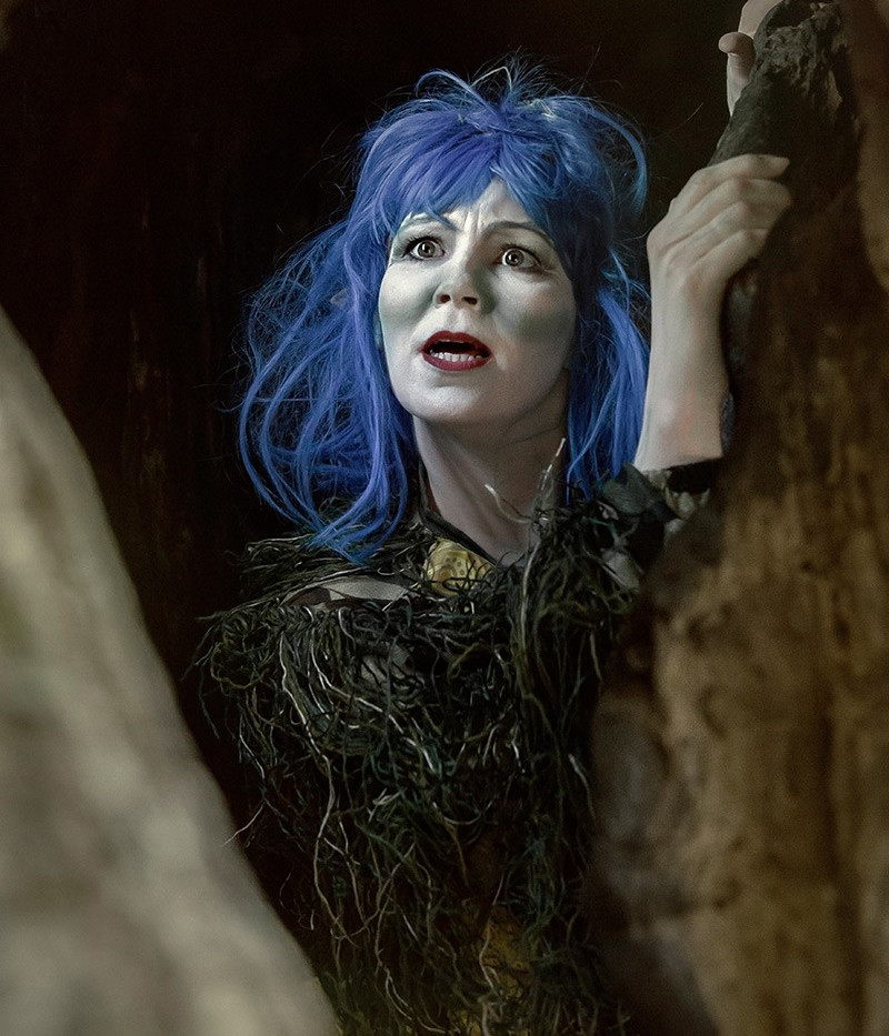 TRÅLLMOR  Malin Hoff Skjolde  Malin spiller Trållmor og hun er ny i truppen for året. Malin er skuespiller og sanger, og har gått på Bårdar Akademiet og Teaterhøgskolen i Nord-Trøndelag (nå: Nord Universitet). Hun er ansatt i Skuespiller- og danseralliansen, og har jobbet på institusjonsteatre såvel som i det frie feltet. De siste årene har hun vært/er hun å se i musikalene «Phantom of the Opera» og «Chess» på Folketeateret i Oslo. Samtidig har hun også vært med å produsere en egen barneforestilling i samarbeid med Unge Viken Teater.