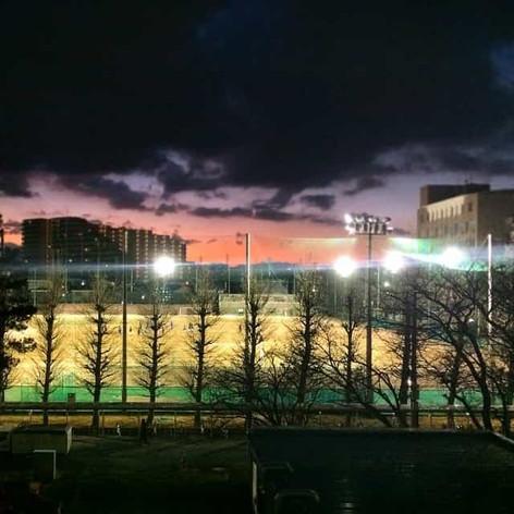 夕暮れ時の大学グラウンド