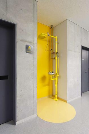 研究施設では廊下にシャワーがあります
