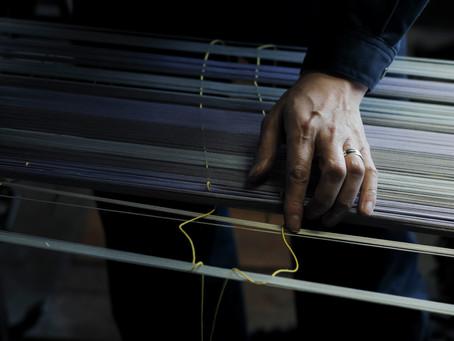 米沢織と職人さんの手