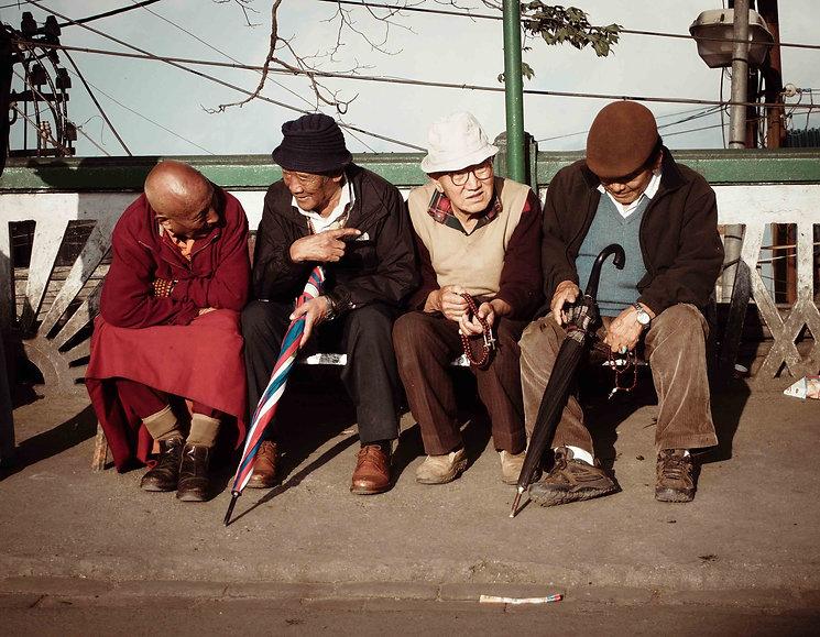 darjeeling, india, himalaya, kangchenjunga, hills, tourism, vacation, holiday, street photography, photo story, journalism, group, people, conversation, meeting, retired, retired life, old age