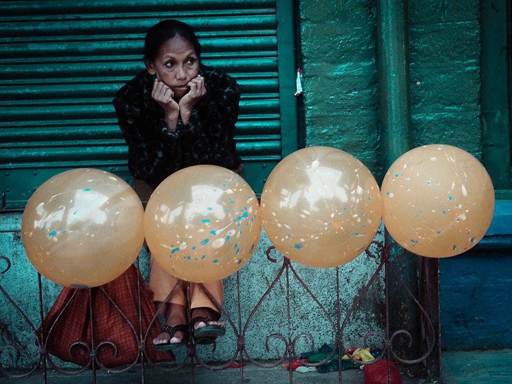 darjeeling, india, himalaya, kangchenjunga, hills, tourism, vacation, holiday, street photography, photo story, journalism, street vendor, balloon, worry, think