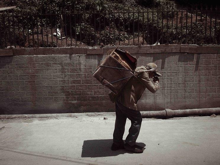 darjeeling, india, himalaya, kangchenjunga, hills, tourism, vacation, holiday, street photography, photo story, journalism, labour, sweat, load, hard work, back load