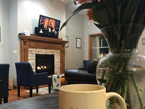 Seems like a pretty perfect way to start your rainy Saturday 😁 Cozy fireplace, warm coffee, and Harry Potter #birchandbanyancoffee #smalltow