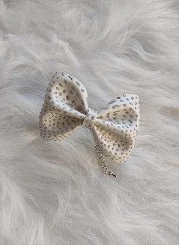 Le joli Bracelet nœud Blanc aux reflets Argentés