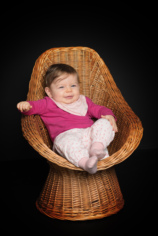 Baby sitzt im Stuhl