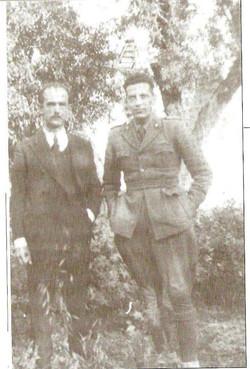 Ύδρα 1943 Τάκης Ραφαλιάς - Λορέντζο Κορέλο, στο περιβόλι του αρχοντικού..jpg