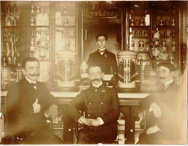 Οι ιδρυτές του φαρμακείου.
