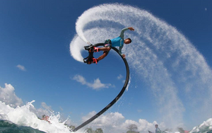 水上綱鐵人藉由水上摩托車的動力,讓人可以飛到3、4層樓高