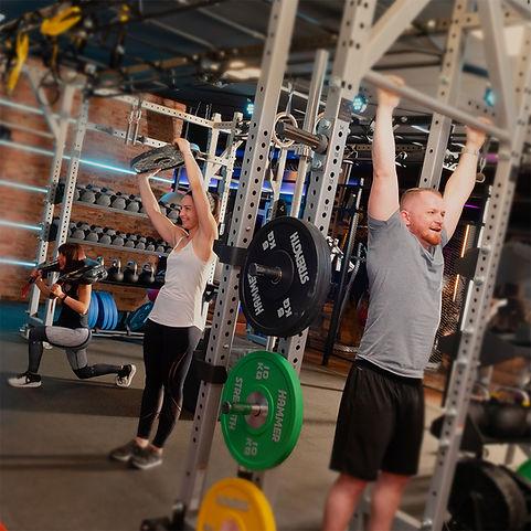Mitglieder im Training für bessere Fitness
