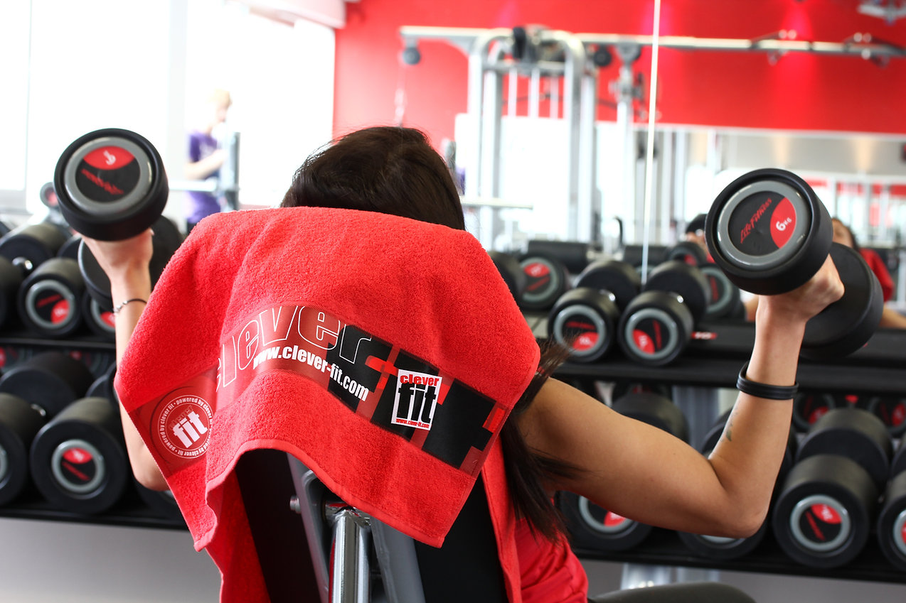 Frau führt Training im Fitnessstudio durch.