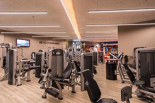 Gerätebereich mit Kraftgeräten für mehr Fitness