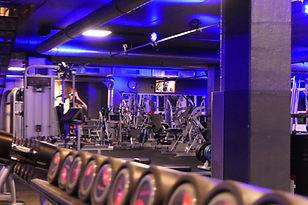 Freihantelbereich mit Kurzhanteln im Fitnessstudio