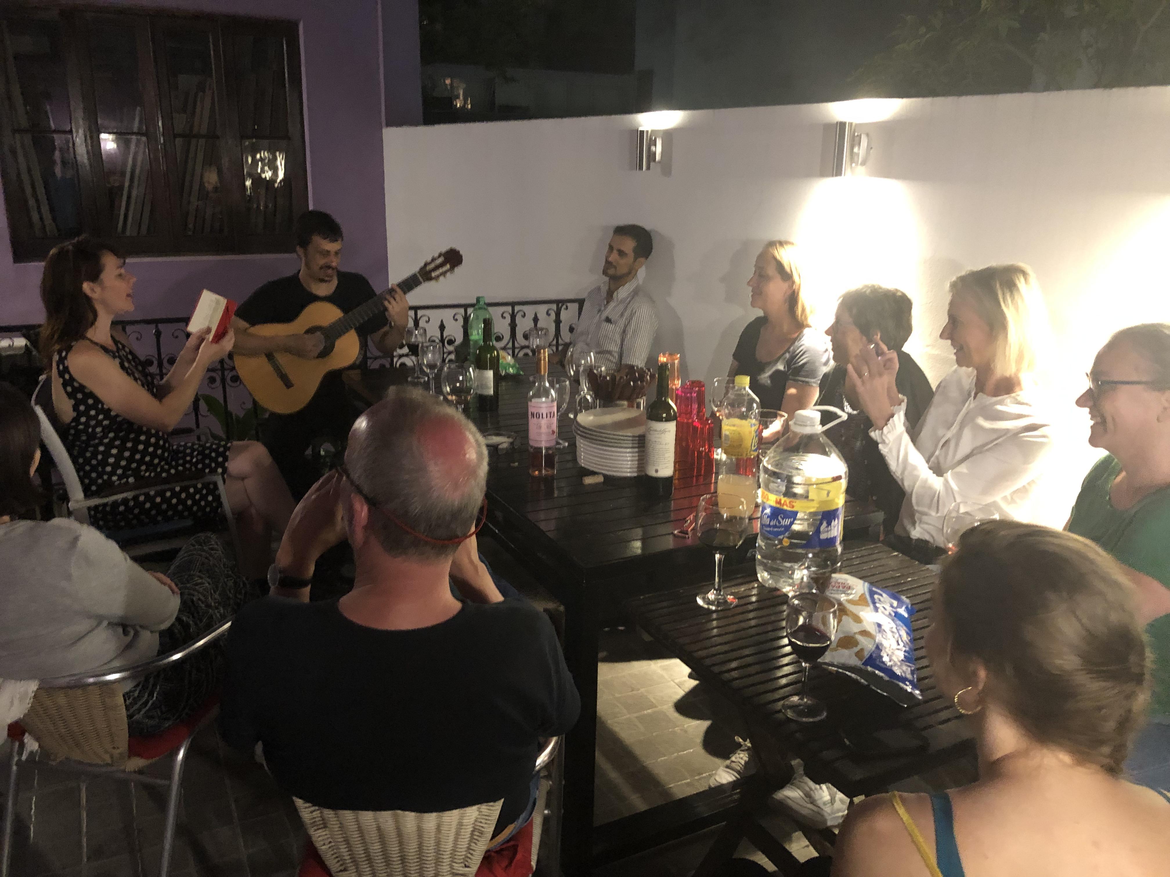 Marisol synger for os på tagterassen