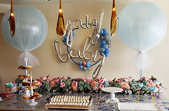 Cacke table flower and balloons centerpi
