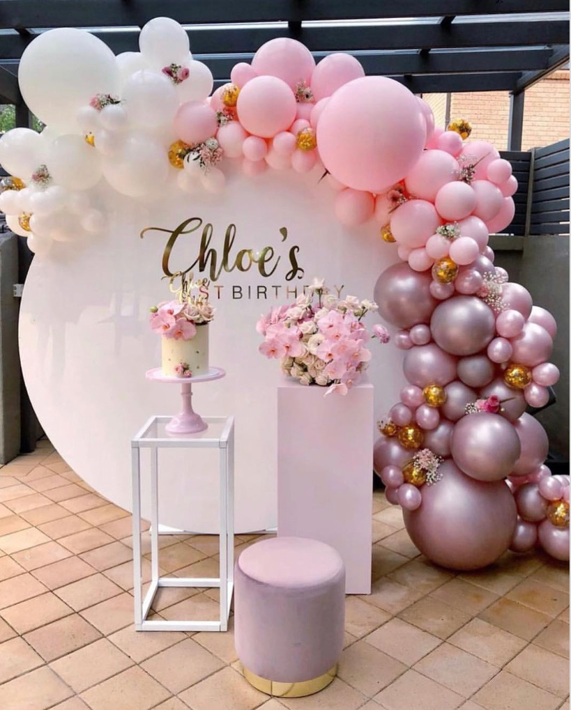 White circle backdrop, cake pedestals, a