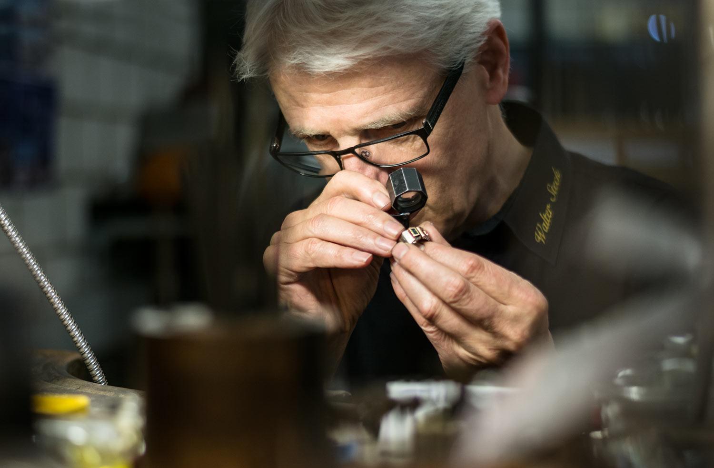 Walter Steck beim präzisen Arbeiten