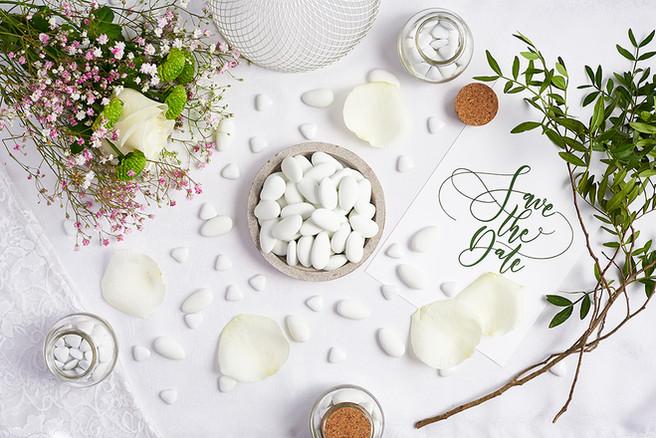 Dragees blanches et fleurs