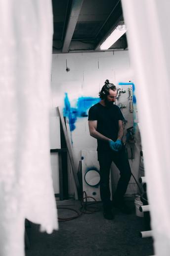 homme dans un atelier de menuiserie