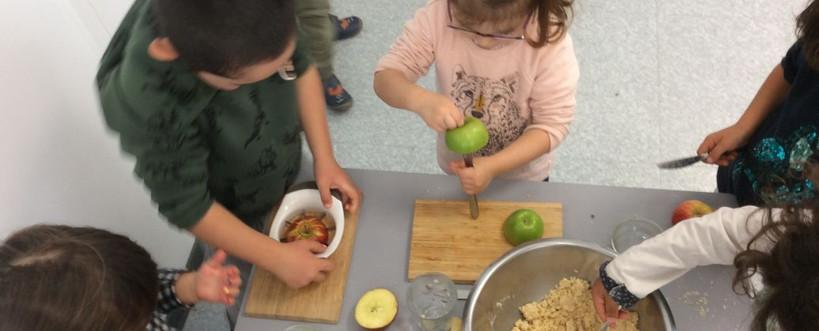 Préparation d'un crumble aux pommes