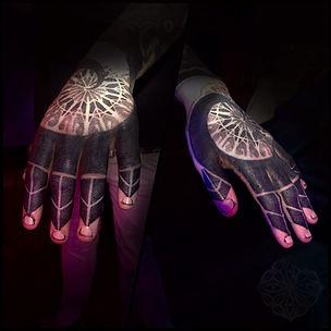 hand tattoos,mandala tattoos,finger tattoos,blackwork tattoo,mandala hand tattoos,tattooed hands