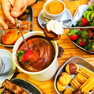 5 receitas fáceis de fondue, capuccino  e chocolate quente para fazer em casa