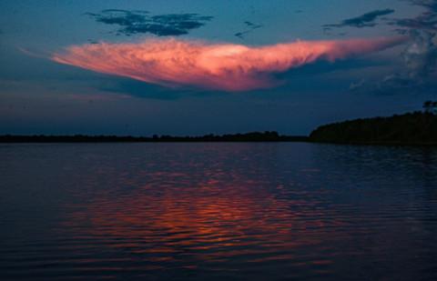 Céu avermelhado no Rio Paraguai