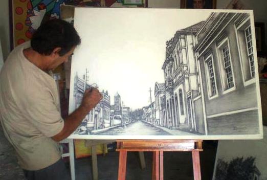 Com caneta de bico de pena, Maurício Ponsancini desenha detalhes da rua Cristiano Stokler, a rua do Colégio das Irmãs