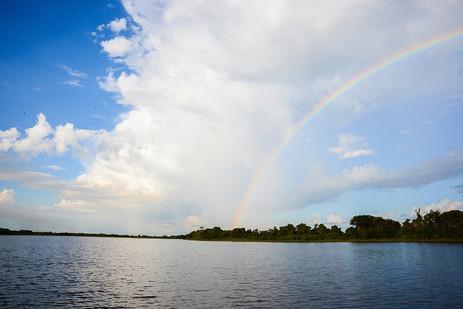 Céu com arco-íris no Pantanal