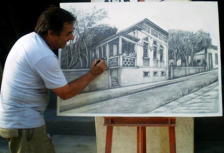 O artista Maurício Ponsancini desenha casa na Travessa Monsenhor Messias Bragança, centro de Passos