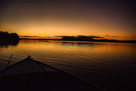 Sunset muda as cores do céu do rio na região pantaneira
