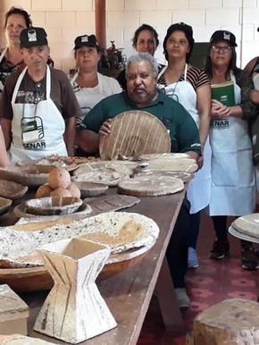 Artesãs no curso do Senar Minas, onde aprenderam técnicas para trabalhar com a fibra de bananeira, cascas e sementes naturais