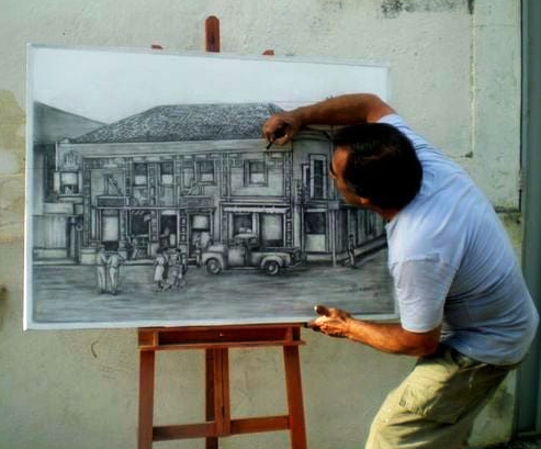 Maurício Ponsancini desenhando casa antiga na esquina da Praça da Matriz