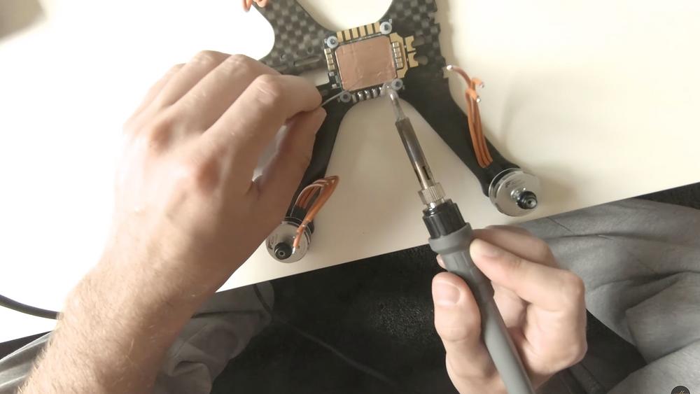 Vorbereitung der Lötstellen für die Kabel der Motoren