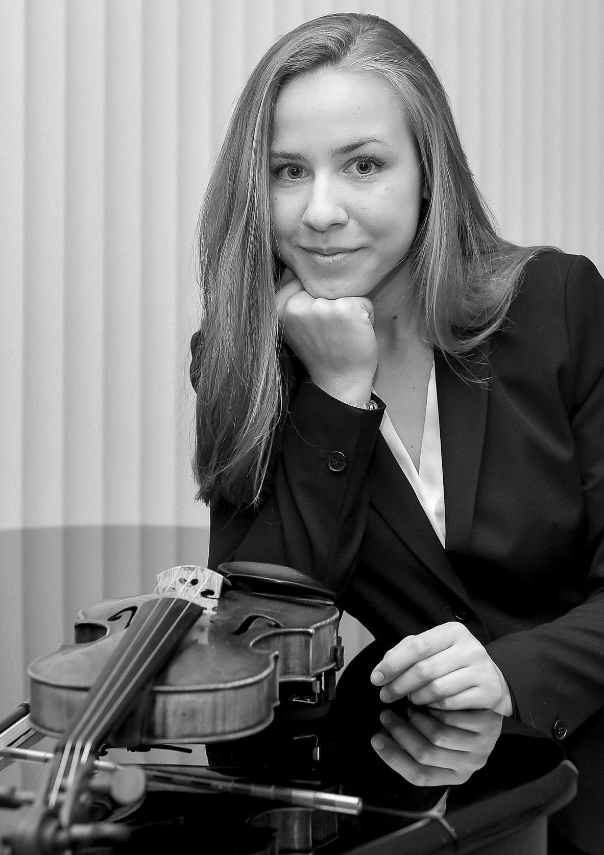 Linda Straka - Violín